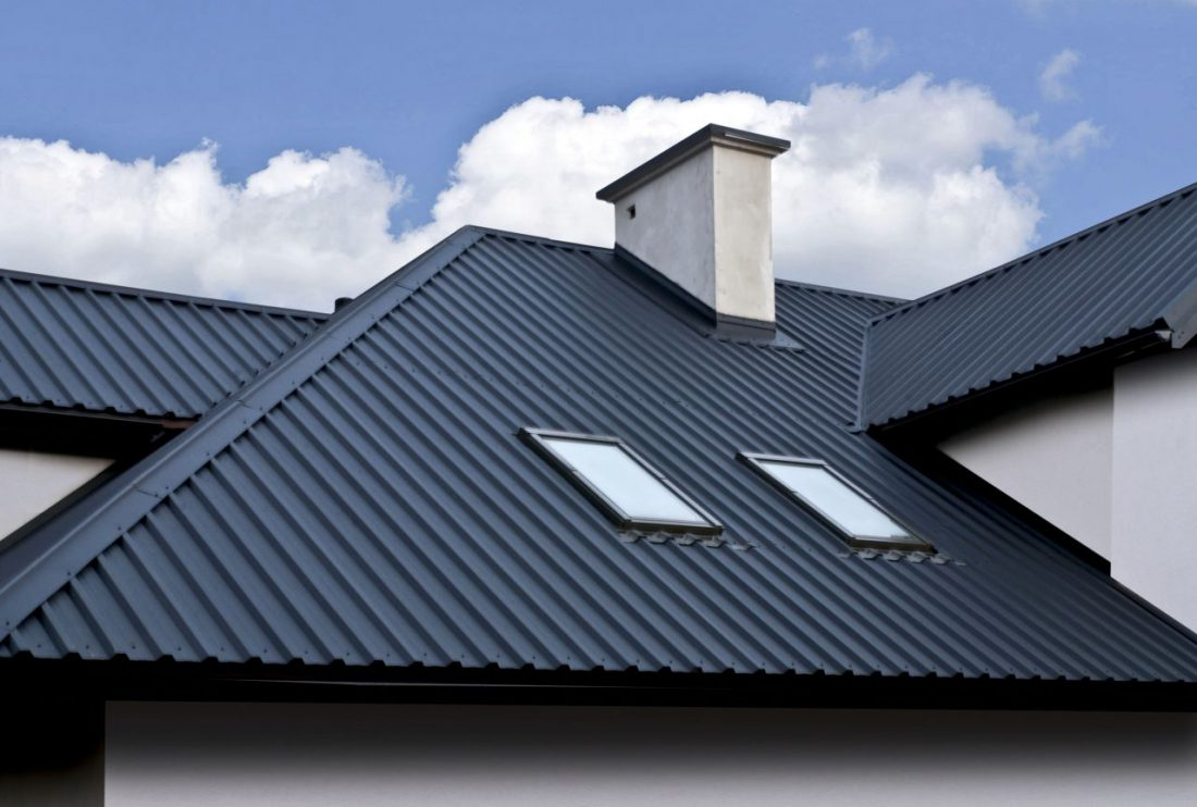 профнастил на крыше дома