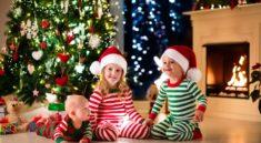 дети возле новогодней елки